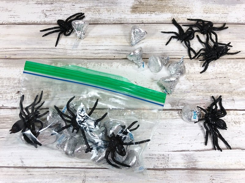 Fill a zipper bag with Bugs and Kisses #freeprintable #halloween