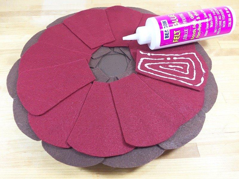 Creatively Beth layer felt feathers for turkey #creativelybeth #Thanksgiving #Crafts #feltcrafts #TurkeyWreath