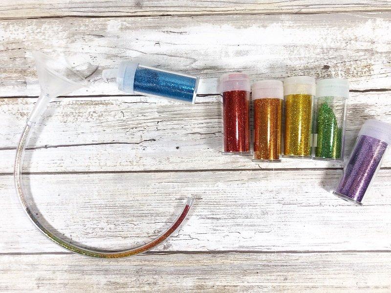 Add rainbow glitter for a fun kids craft Creatively Beth #creativelybeth #craftlightning #glitter #crafts #jewelry #15minutecrafts