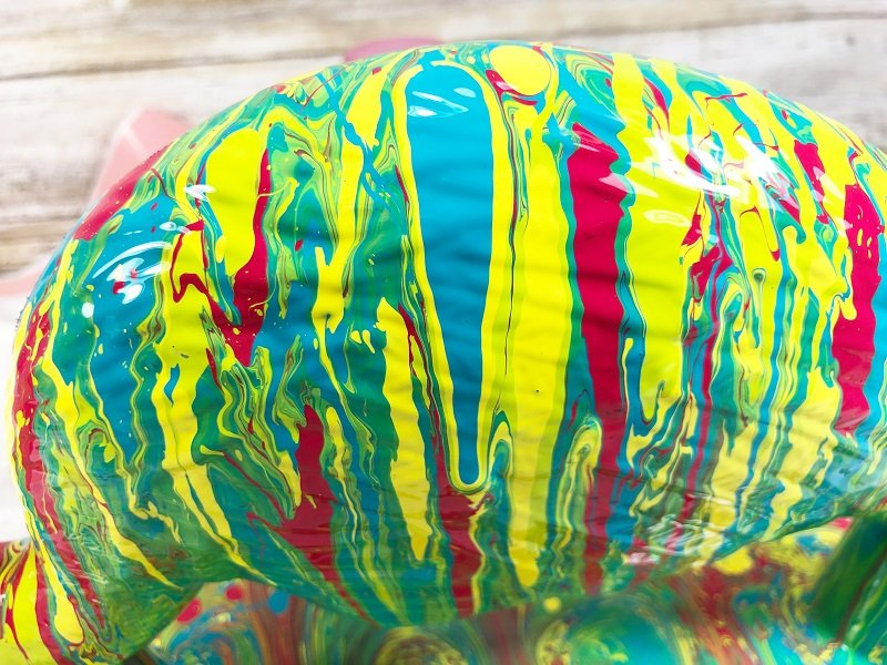 Close up of the detail - LOVE how the texture in the plastic helps move the paint Creatively Beth Shares 5 Tips to be Successful at Paint Pouring #creativelybeth #paintpour #paintpouring #decoart #dirtypour