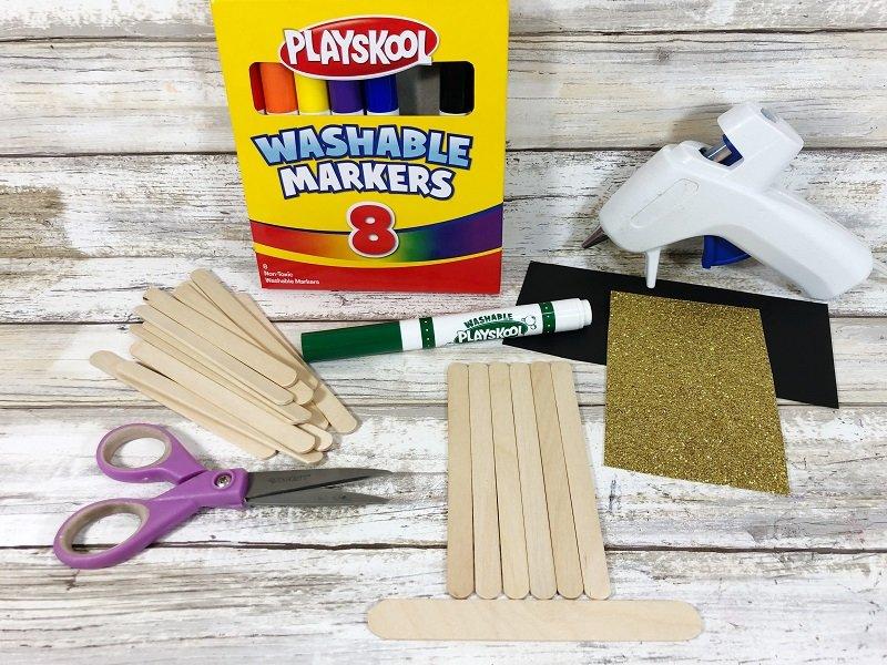 Matrials to create a Craft Stick Leprechaun Hat Creatively Beth #creativelybeth #kidscrafts #leprechaun #stpatricksday