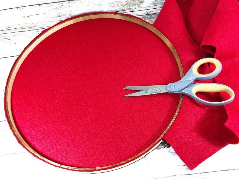 Stretch Red Kunin Felt onto embroidery hoop to create a wreath base Creatively Beth #creativelybeth #farmhouse #hoopwreath #buffaloplaid
