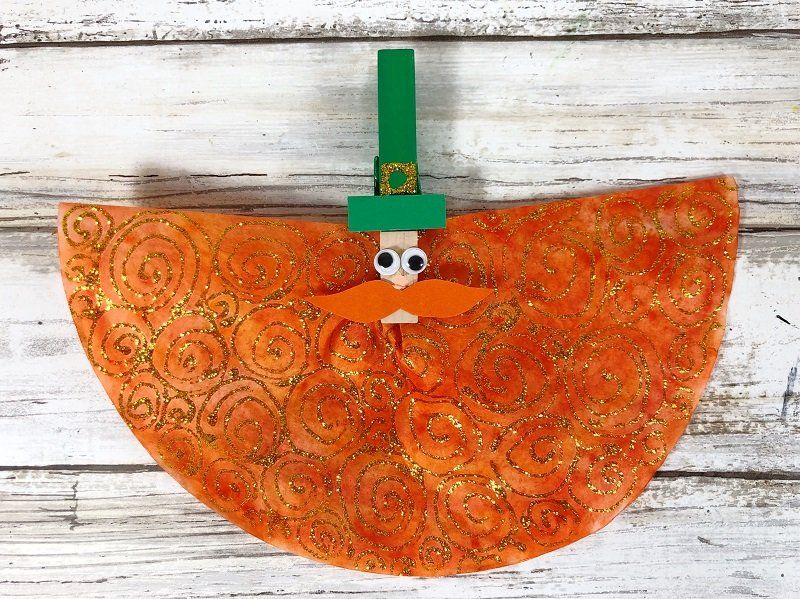 Clip the folded coffee filter into the clothespin Creatively Beth #creativelybeth #leprechauns #stpatricksdaycrafts #kidscrafts #dollartreecrafts