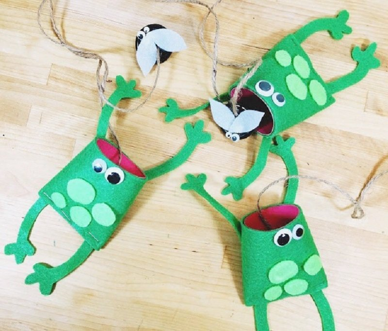 Recycled Toilet Paper Tube Frog Game for Kids Creatively Beth #creativelybeth #recycled #toiletpapertube #tptube #kidscraft #frog
