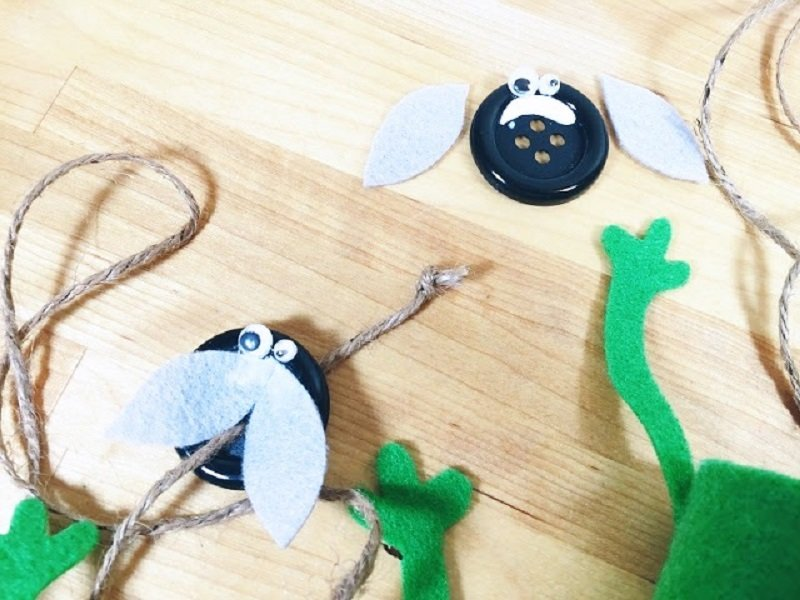 Create a fly from a button, felt wings and wiggle eyes Creatively Beth #creativelybeth #recycled #toiletpapertube #tptube #kidscraft #frog