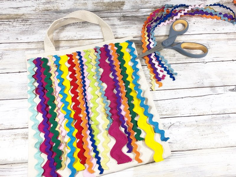 Add small rick rack in a rainbow of colors to the tote Creatively Beth #creativelybeth #markettote #totebag #upcycle