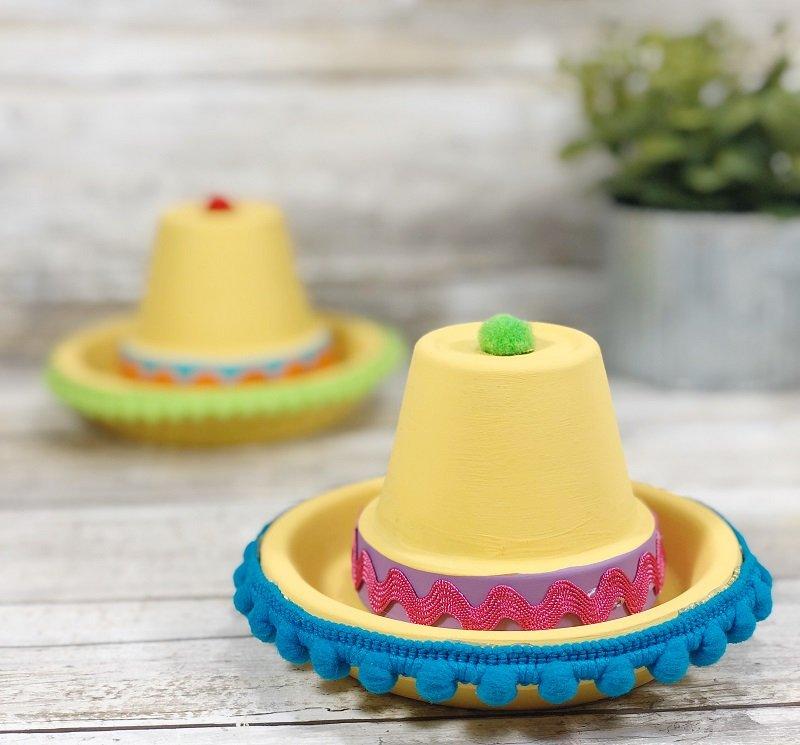 Easy Clay Pot Sombreros a Cinco de Mayo Kids Craft Creatively Beth #creativelybeth #claypotcraft #terracottapotcraft #kidscrafts #cincodemayocraft #sombreros