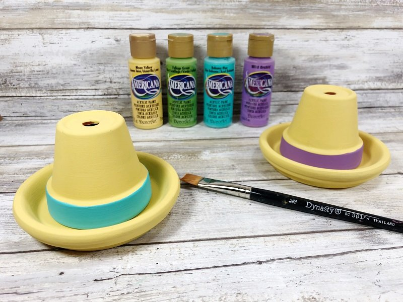 The Americana Paint from DecoArt dries quicly on the terra cotta pots Creatively Beth #creativelybeth #claypotcraft #terracottapotcraft #kidscrafts #cincodemayocraft #sombreros