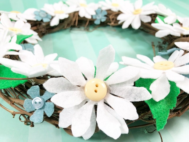 Accent with mini blue flowers Creatively Beth #creativelybeth #daisy #wreath #mothersdaycraft #kidscraft #feltcraft #feltflowers