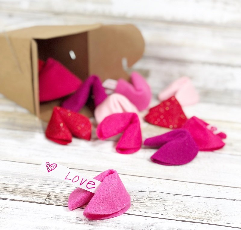 DIY Felt Fortune Cookies for your Valentine Creatively Beth #creativelybeth #feltcrafts #fortunecookie #DIYcrafts
