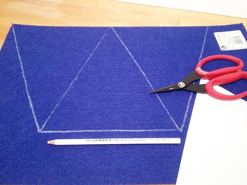 Cut three triangles from blue felt to create the base of the banners Creatively Beth #creativelybeth #fourthofjuly #patriotic #crafts #feltcrafts #quickandeasy