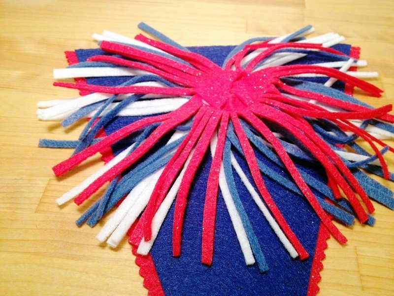 Twist the fringe to create an explosion and glue on banner in layers Creatively Beth #creativelybeth #fourthofjuly #patriotic #crafts #feltcrafts #quickandeasy