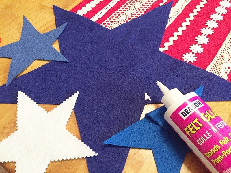 Attach all the stars at each end of the table runner with glue Creatively Beth #creativelybeth #feltcrafts #nosew #patriotic #homedecor
