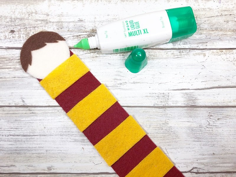 Attach Harry's head to the scraf bookmark base with glue Creatively Beth #creativelybeth #harrypottercrafts #harrypotter #feltcrafts #kidscrafts