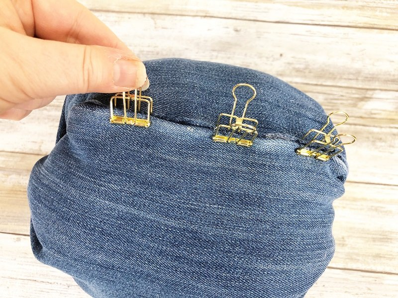 Use binder clips to hold the seam closed until the fabric glue dries Creatively Beth #creativelybeth #upcycle #recycle #denim #crafts #falldecor #pumpkins #autumndecor #diy