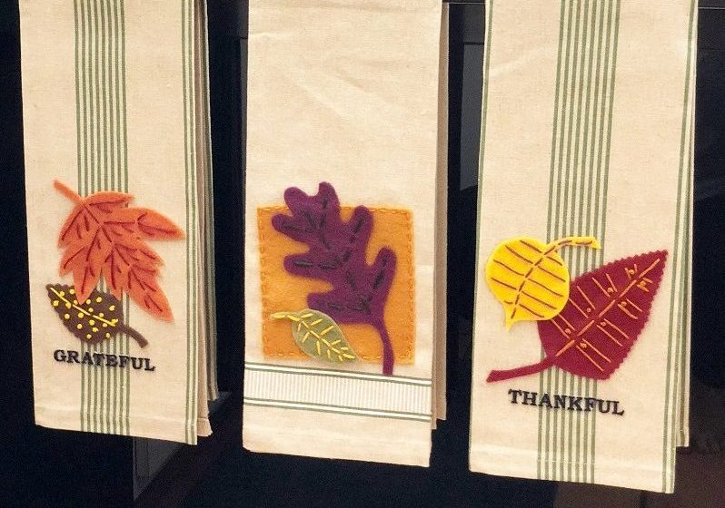 Easy Embroidered Kitchen Towels for Autumn Creatively Beth #creativelybeth #embroidery #handsewn #autumndecor #feltcrafts #fallleaves #easycrafts
