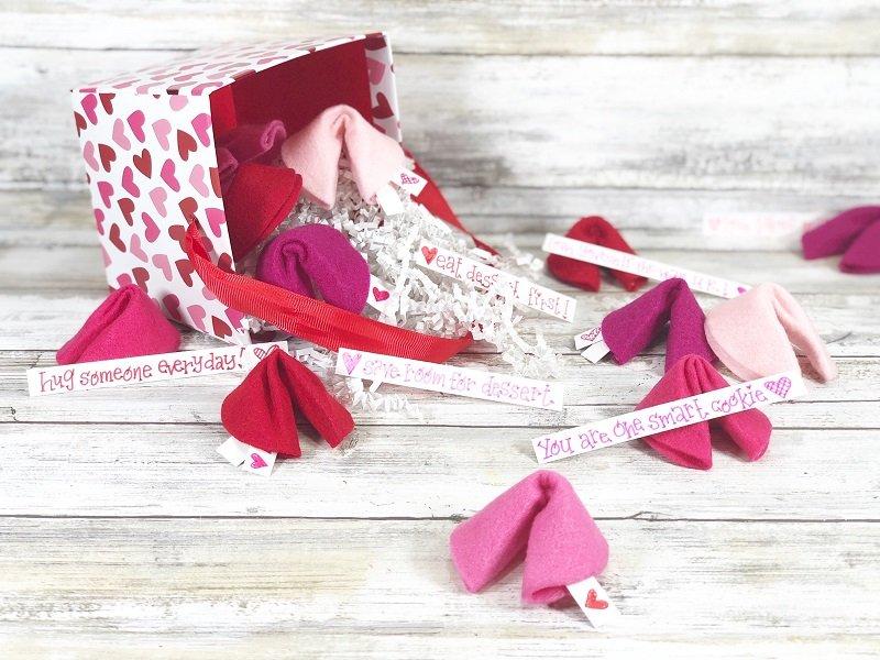 DIY Felt Fortune Cookies for your Valentine Creatively Beth #creativelybeth #feltcrafts #fortunecookie #DIYcrafts #valentinesday #freeprintable