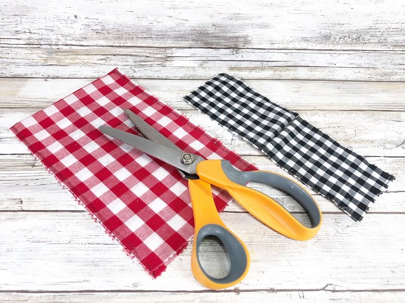 Cut gingham fabric with pinking shears to prevent fraying Creatively Beth #creativelybeth #crossstitch #valentinesdaycrafts #nosewcrafts #giftbags