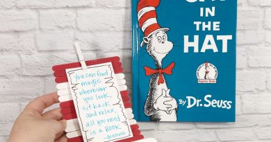 The Easiest Craft Stick Dr. Seuss Hat Craft Creatively Beth #creativelybeth #drseusscraft #catinthehatcraft #craftsticks #popsiclesticks #catinthehat #drseuss