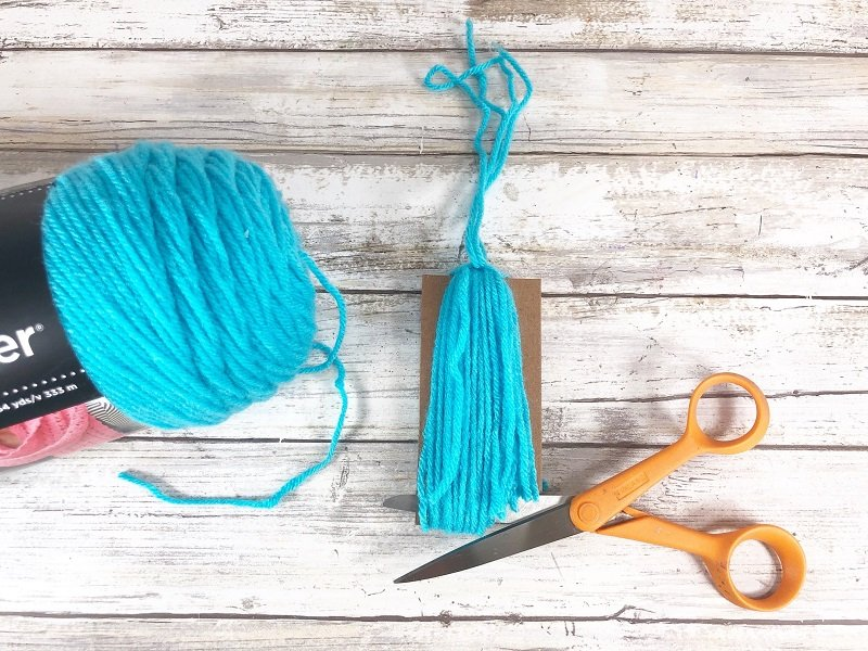 How to make a tassel from yarn Creatively Beth #creativelybeth #drseuss #freeprintable #thing1andthing2 #bookmarks #catinthehat #readacrossamericaweek