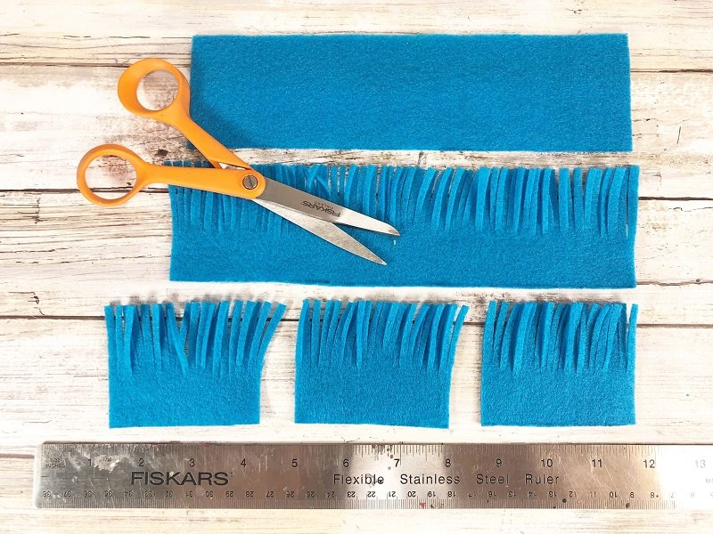 Fringe edges with scissors Creatively Beth #creativelybeth #thing1andthing2 #catinthehat #drseuss #readacrossamerica #drseusscrafts