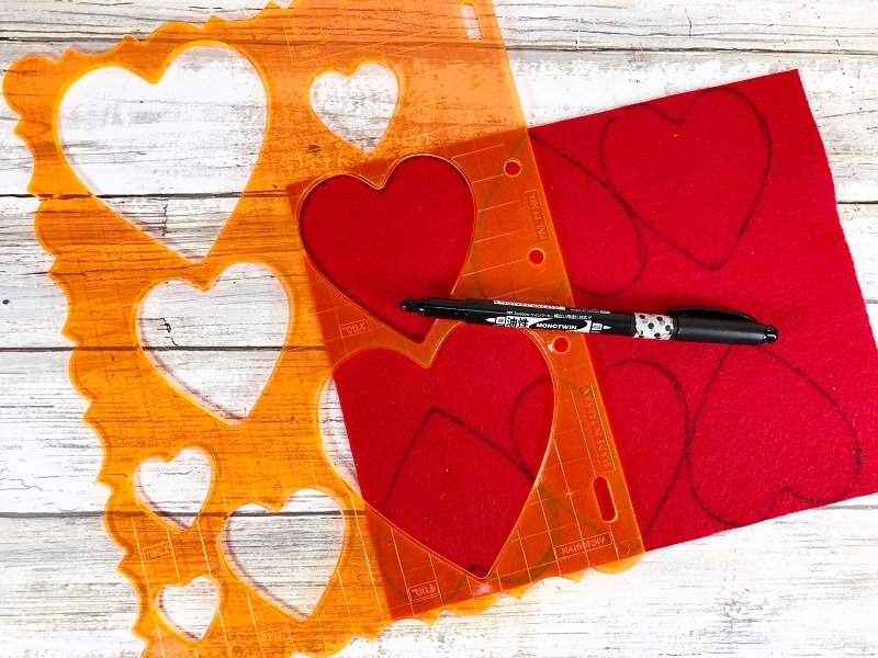 Trace hearts onto Kunin Classic Felt Red Creatively Beth #creativelybeth #pompomcraft #lovebug #drseuss #catinthehat #thing1andthing2 #pompomcraft