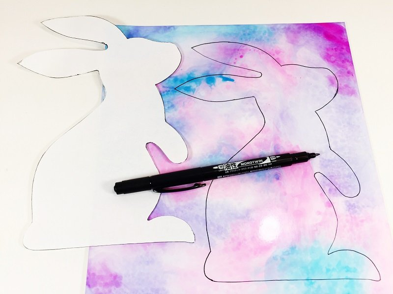 Hold down the paper template and trace around it with MONOTWIN Permanent Marker Creatively Beth #creativelybeth #tombowdualbrushpens #watercolor #marbledpaper #watercolorbackgrounds